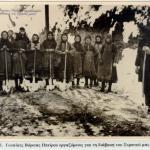 Βορειοηπειρώτισσες καθαρίζουν τα χιόνια για να προελάσει ο Ελληνικός Στρατός